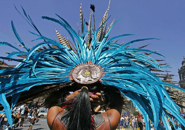 Un danzante con penacho de plumas, México