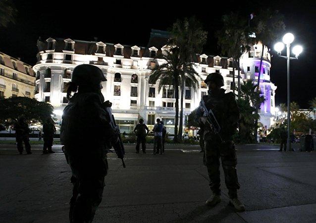 Soldados franceses en Niza donde un camión atropelló a decenas de personas