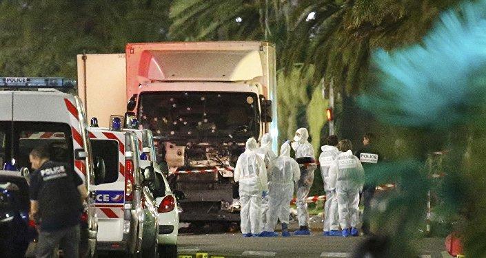 Expertos examinan el camión que atropelló a una multitud en Niza