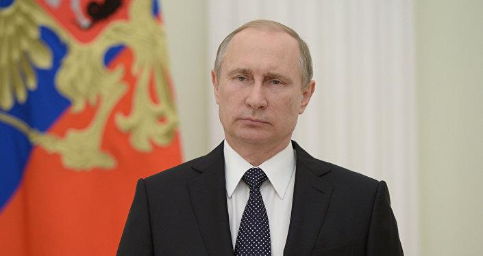 Vladímir Putin presentando un mensaje a su homólogo francés, François Hollande, y al pueblo francés