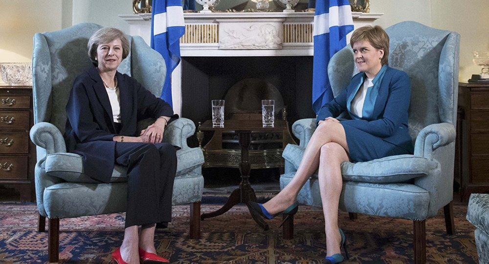 La primera ministra de Reino Unido, Theresa May, y la  ministra principal de Escocia, Nicola Sturgeon