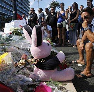 Flores y un peluche en homenaje a las víctimas del atentado en Niza