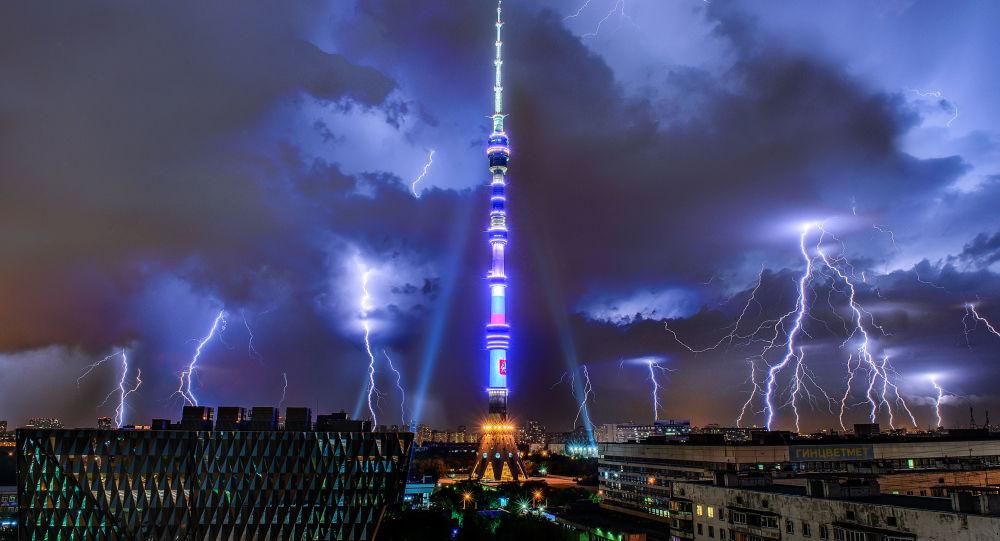 Молния над Останкинской телебашней в Москве