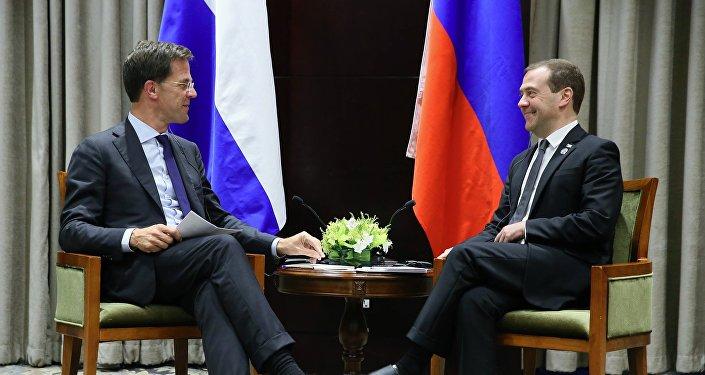 El primer ministro de Holanda, Mark Rutte, y el primer ministro de Rusia, Dmitri Medvédev