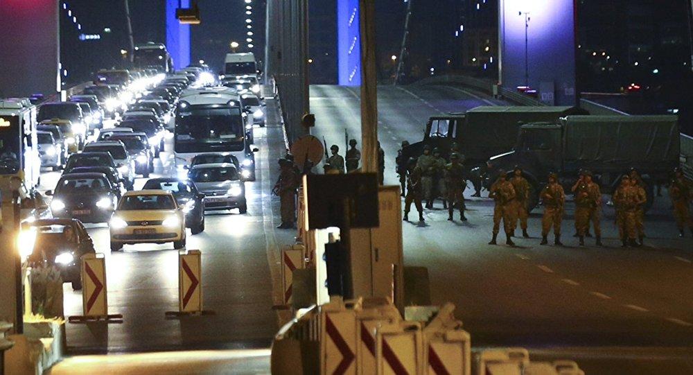 Los militares cerraron puentes sobre el Bósforo en Estambul