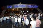 Los turcos obstaculizan el paso de los tanques en el aeropuerto internacional Ataturk en Estambul
