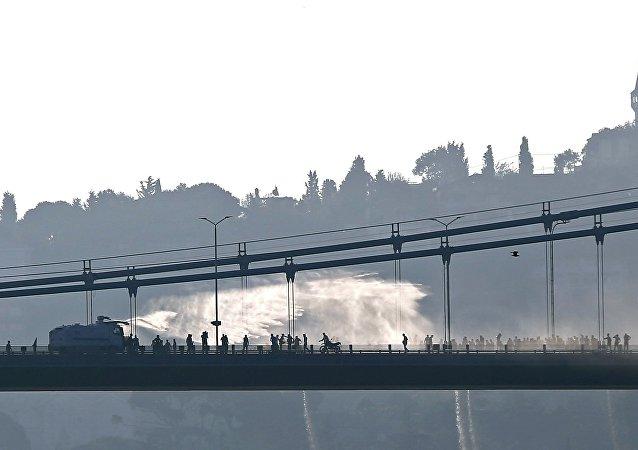 Carro blindado de la policía usa cañones de agua contra las fuerzas antigubernamentales en el punto sobre Bósforo en Estambul