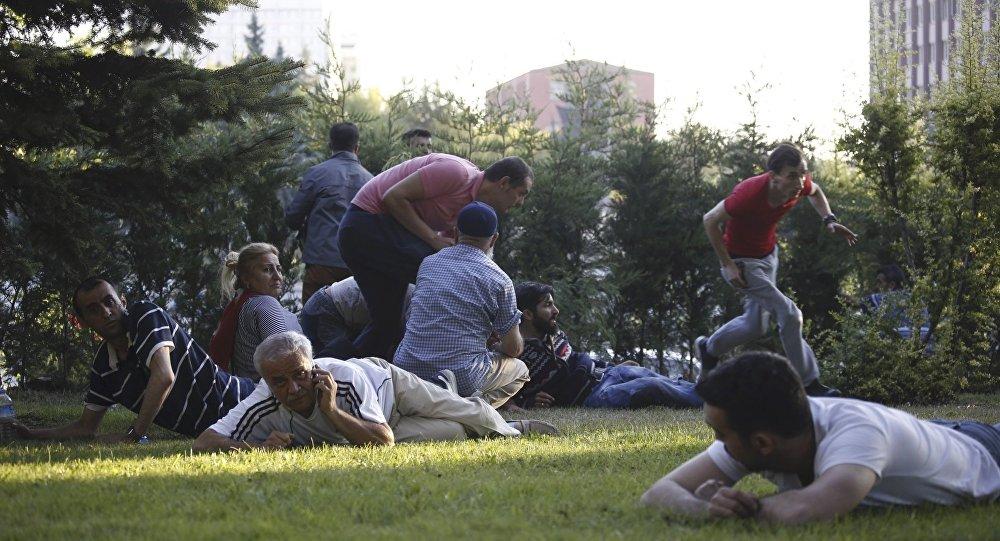Gente se pone a cubierto por el tiroteo en Ankara