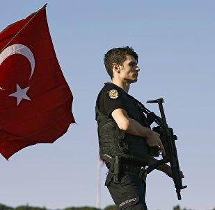 Un polícia tras el intento de golpe de Estado en Turquía