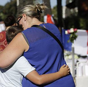 Mujer abraza a un niño