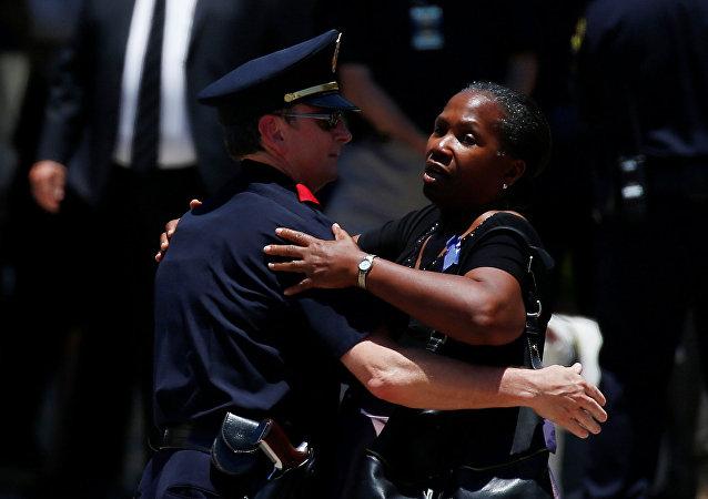 Agente de policía y la mujer después del funeral en Dallas
