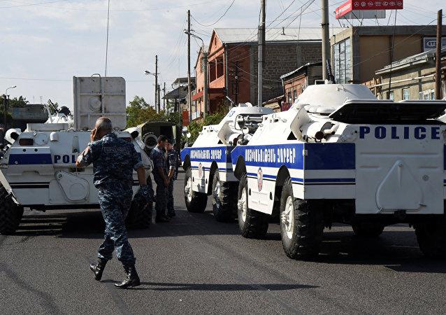 Los policías armenios cerca de la comisaría atacada el 17 de julio