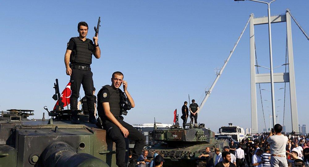 Policías turcos la madrugada después de la intentona golpista