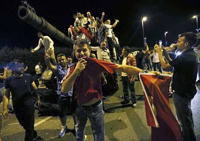 La multitud celebra el fracaso de la intentona golpista