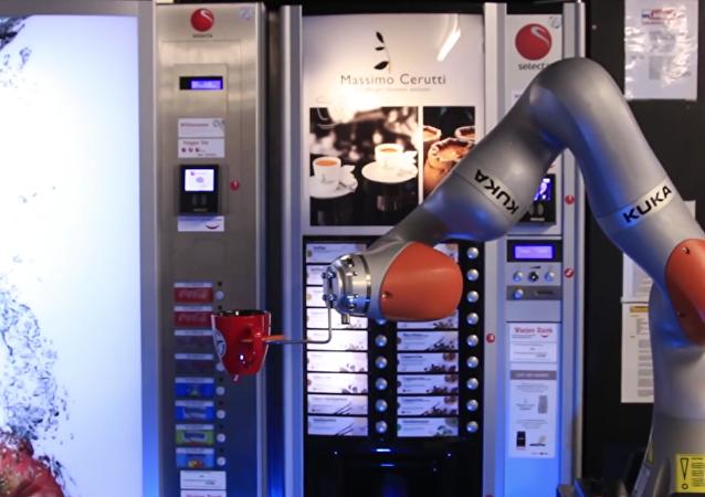 Un robot sirve el café