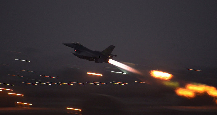Caza F-16 despega en la base Incirlik