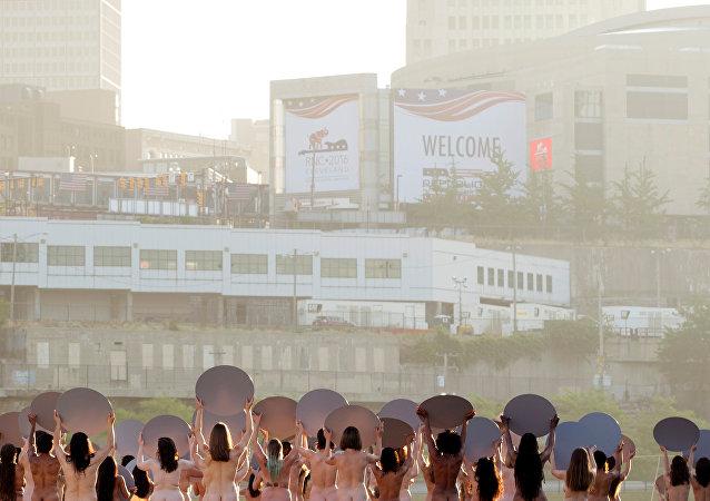 Más de cien mujeres se desnudan para protestar contra la visita de Trump a Cleveland
