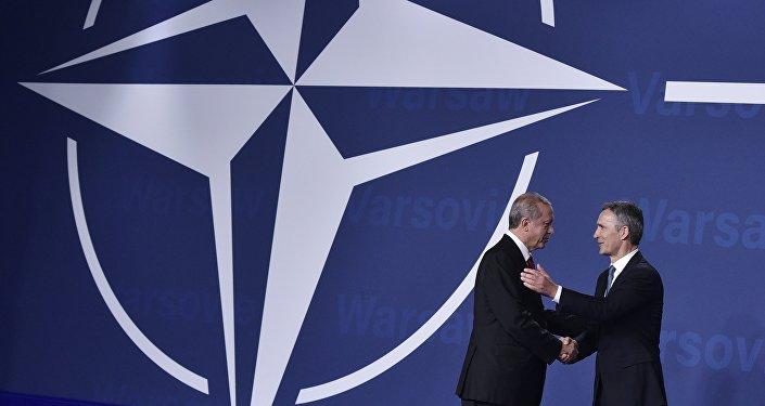 Jens Stoltenberg, secretario general de la OTAN, y Recep Tayyip Erdogan, presidente de Turquía, en la cumbre de la OTAN en Varsovia (archivo)