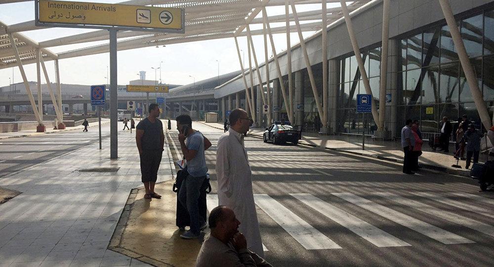 Gente fuera de la terminal de llegadas del aeropuerto de El Cairo, Egipto