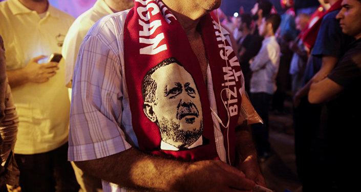 Simpatizante del presidente de Turquía,Tayyip Erdogan, con una bufanda con su imagen
