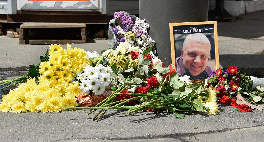 Flores y velas en el lugar del asesinato del periodista ruso Pável Sheremet en Kiev, Ucrania