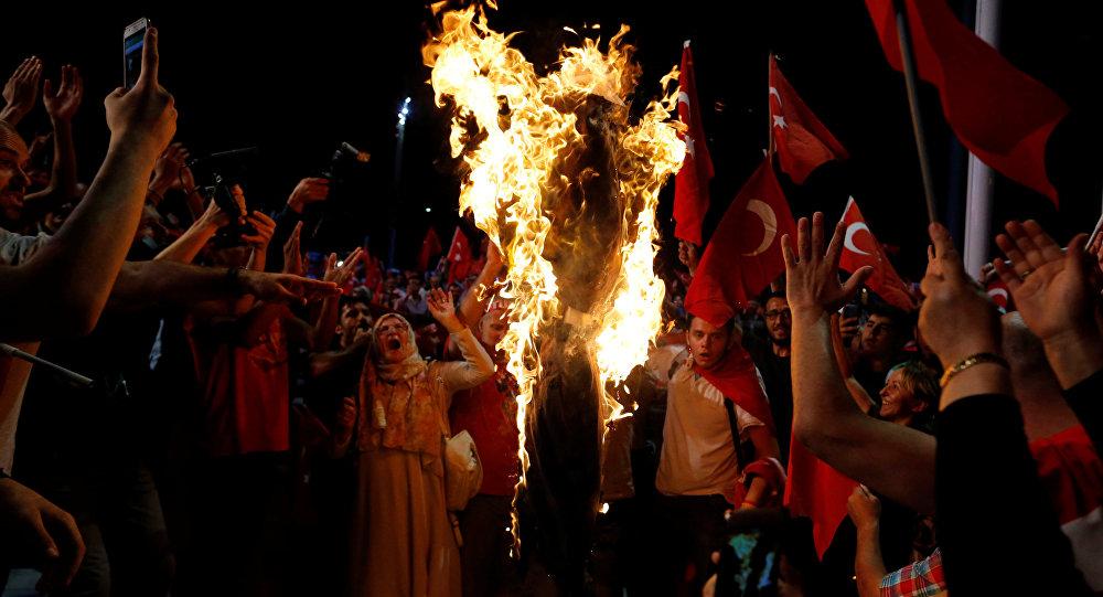 Los partidarios de Recep Tayyip Erdogan, presidente truco, queman la figura de Fethullah Gulen en la plaza de Taksim en Estambul