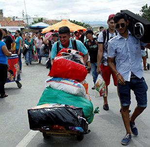 Gente en la frontera  entre Colombia y Venezuela