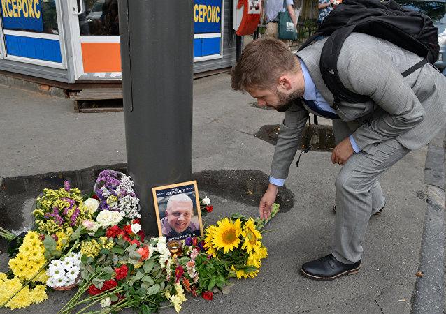 Un hombre pone las flores en el lugar de muerte de Sheremet