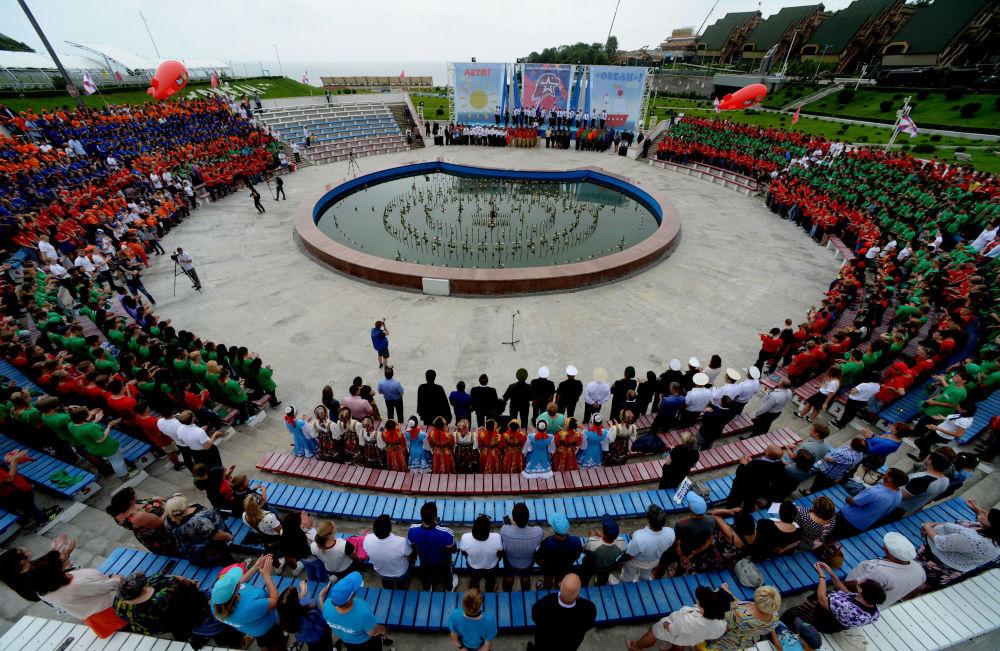 La ceremonia de ingreso a la agrupación juvenil Yunarmia en Primorie