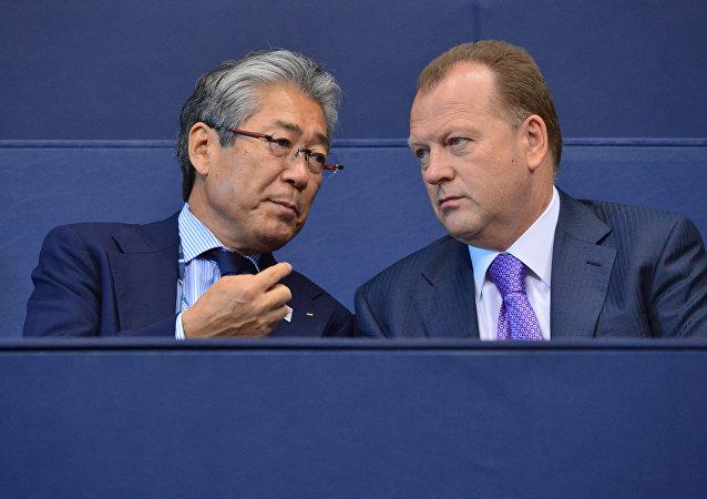 Marius Vizer, Presidente de la Federación Internacional de Judo (FIJ) y Tsunekazu Takeda, presidente del Comité Olímpico Japonés, durante los Campeonato Mundial de Equipos de Judo en Río de Janeiro, Brasil, 1 de septiembre de 2013