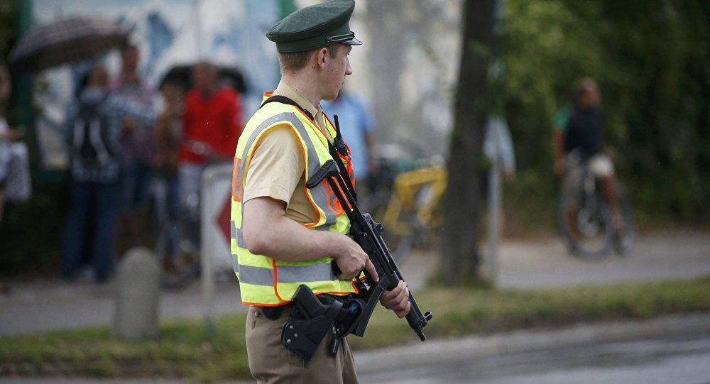 El policía alemán cerca del lugar del tiroteo en el centro comercial Olympia en Múnich