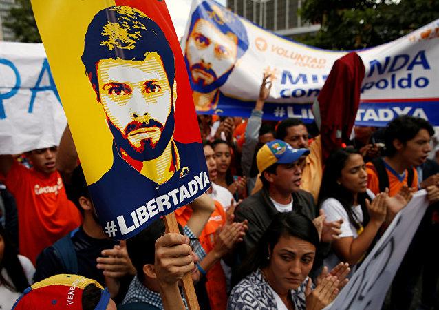 Cartel con el retrato de Leopoldo López