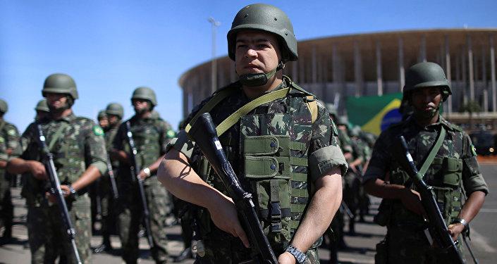 Policías y fuerzas militares de Brasil en el Estadio Mané Garrincha (archivo)