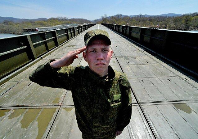 Militares rusos construyen un puente en un tiempo récord