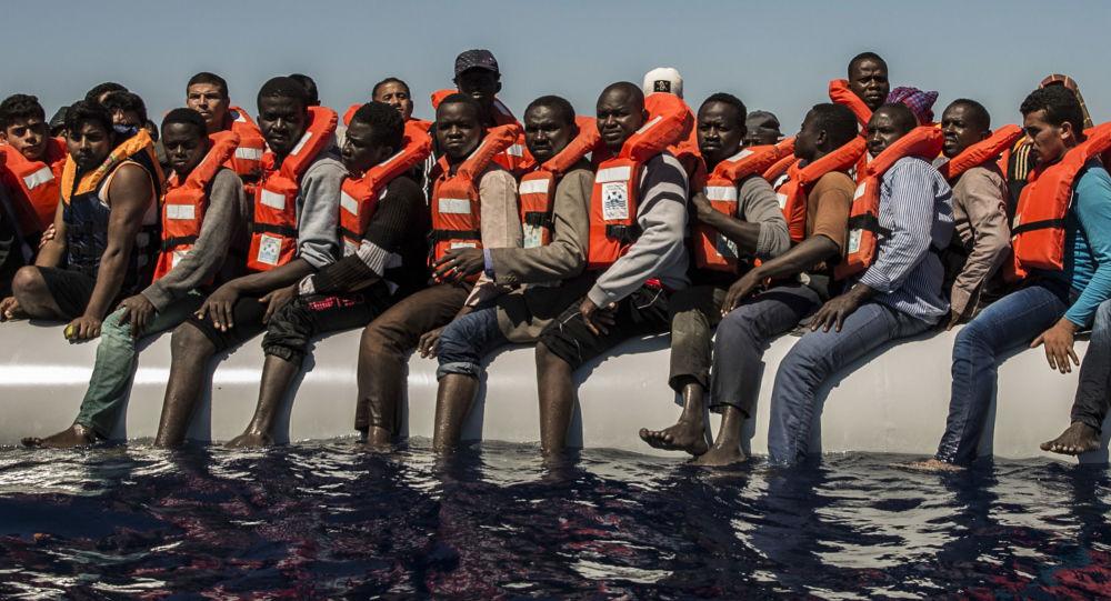 Los migrantes esperan su evacuación en el mar Mediterráneo (archivo)