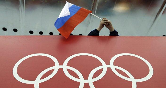 Bandera de Rusia y logo de los JJOO (archivo)