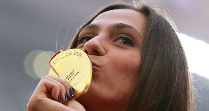 Мария Кучина, завоевавшая золотую медаль в соревнованиях по прыжкам в высоту на чемпионате мира 2015 по легкой атлетике в Пекине, на церемонии награждения
