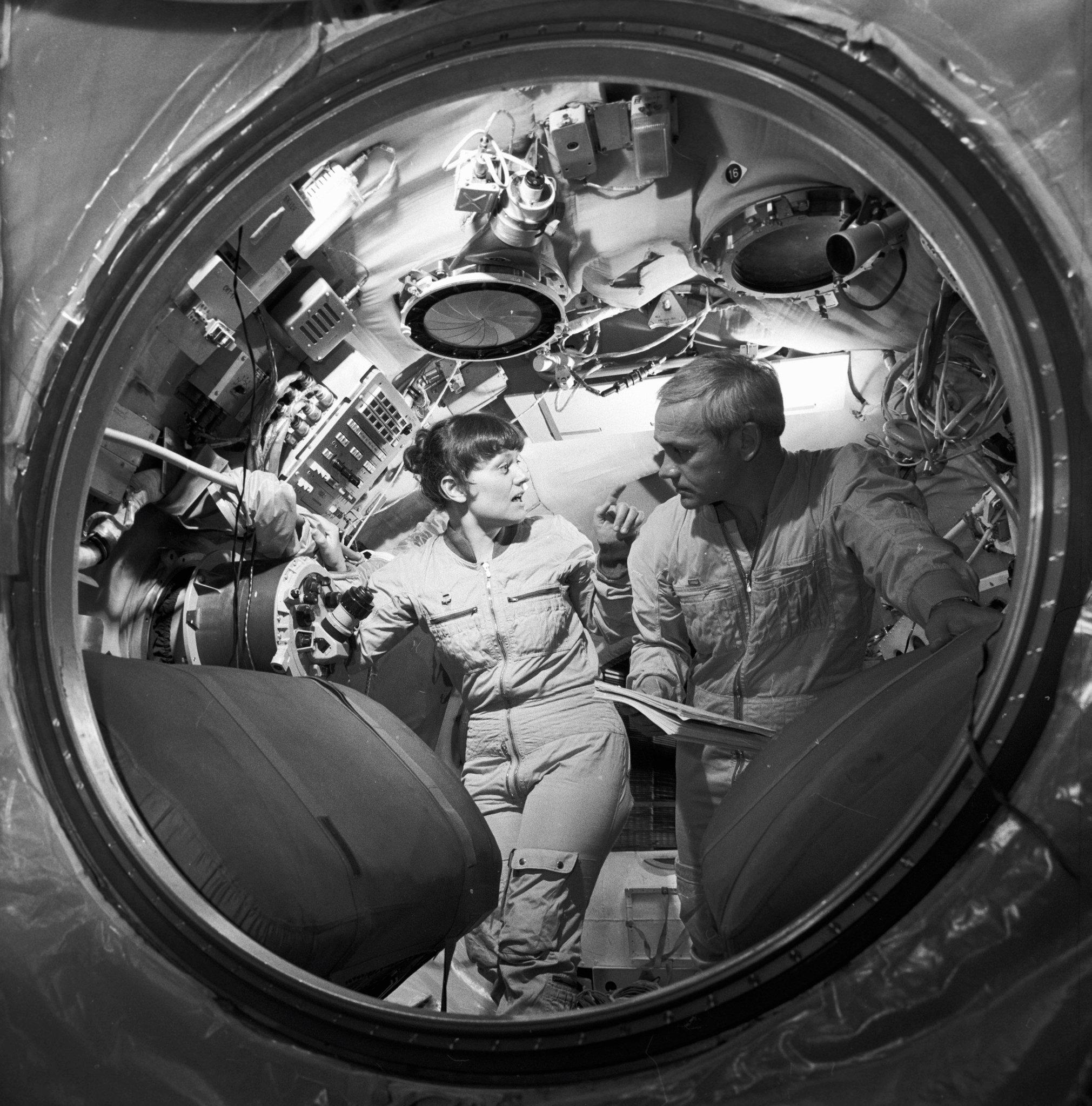 Svetlana Savítskaya y Vladímir Dzhanibékov en la nave espacial de entrenamiento
