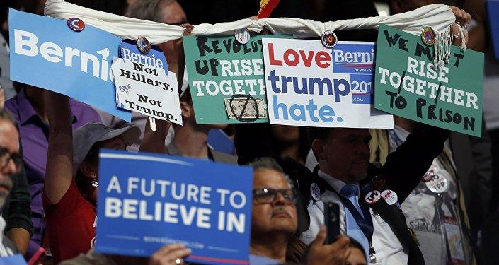 Anti-Clinton protestas durante la intervención de Bernie Sanders, el senador por Vermont