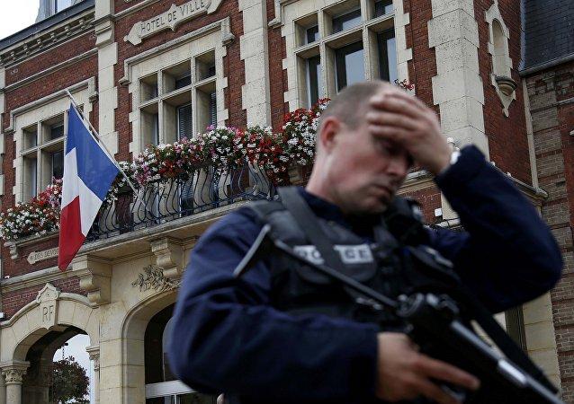 Policía francesa tras la toma de rehenes en Normandía