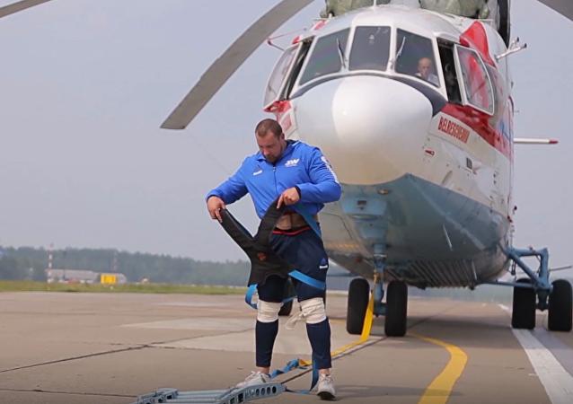 Un Hércules bielorruso desplaza un helicóptero Mi-26