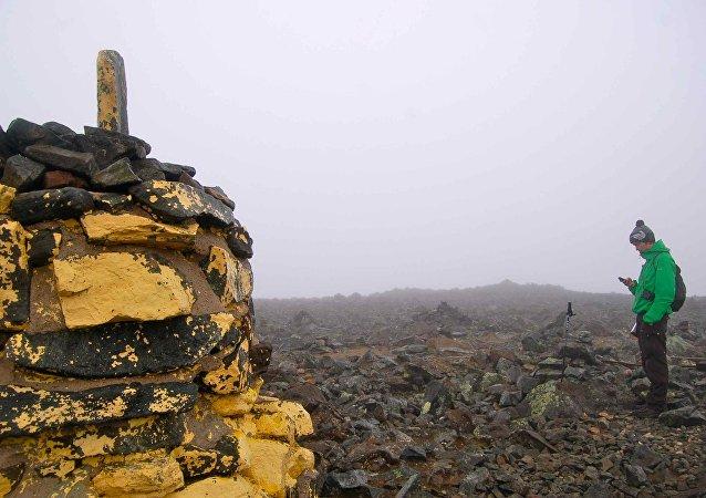 El hombre está cerca del pico más elevado de Finlandia, a 1324 metros de la altura
