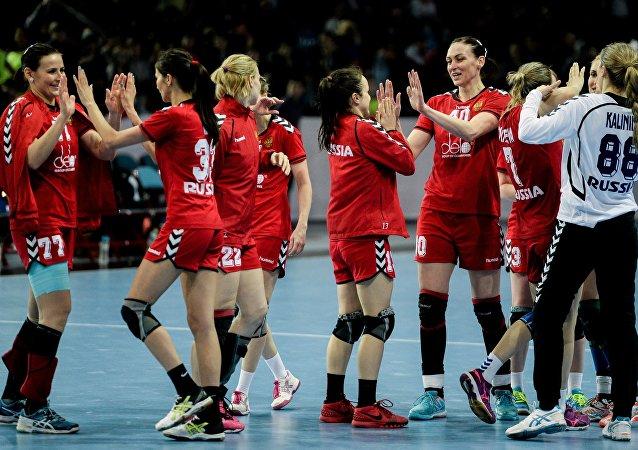 La selección femenina rusa de balonmano después de la victoria sobre Suecia