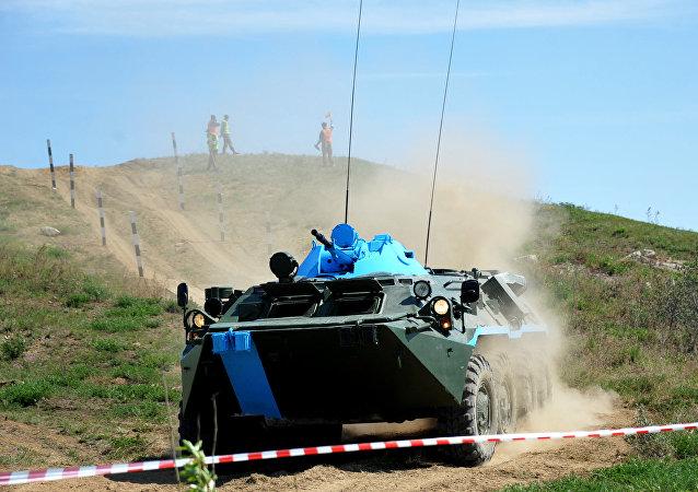 Blindado ruso BTR-80 durante un concurso de vehículos de exploración química, biológica y radiológica