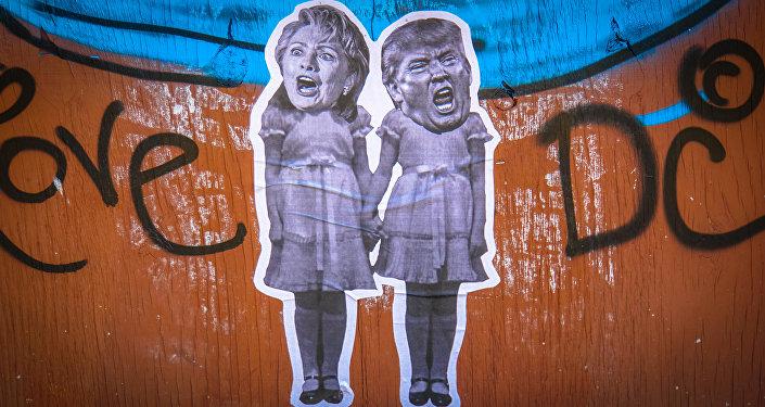 Un grafiti con la imagen de Hillary Clinton y Donald Trump