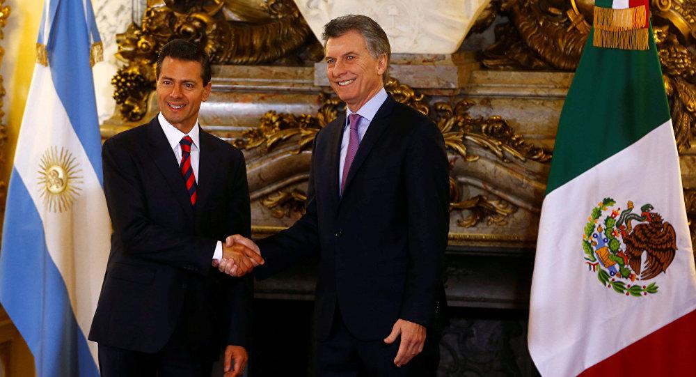El presidente de Argentina, Mauricio Macri, recibe al presidente de México, Enrique Peña Nieto, en la Casa Rosada