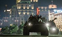 Ensayo nocturno del desfile militar en la Plaza Roja