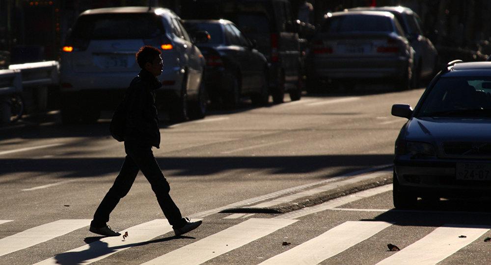 Un peatón cruza la calle (Archivo)
