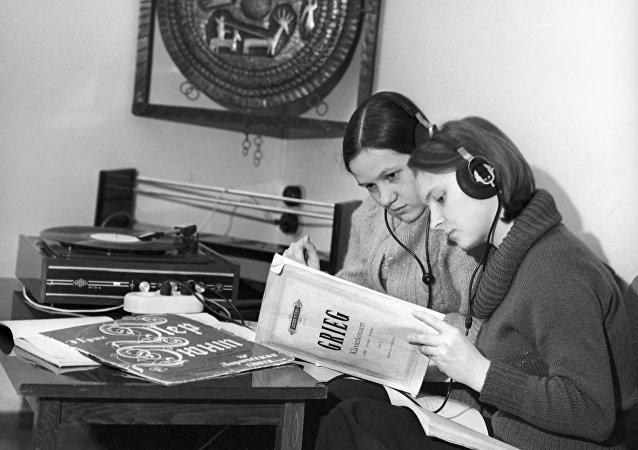 Jóvenes escuchan vinilos
