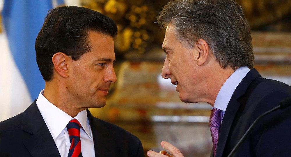 Argentine President Mauricio Macri (R) and his Mexican counterpart Enrique Pena Nieto